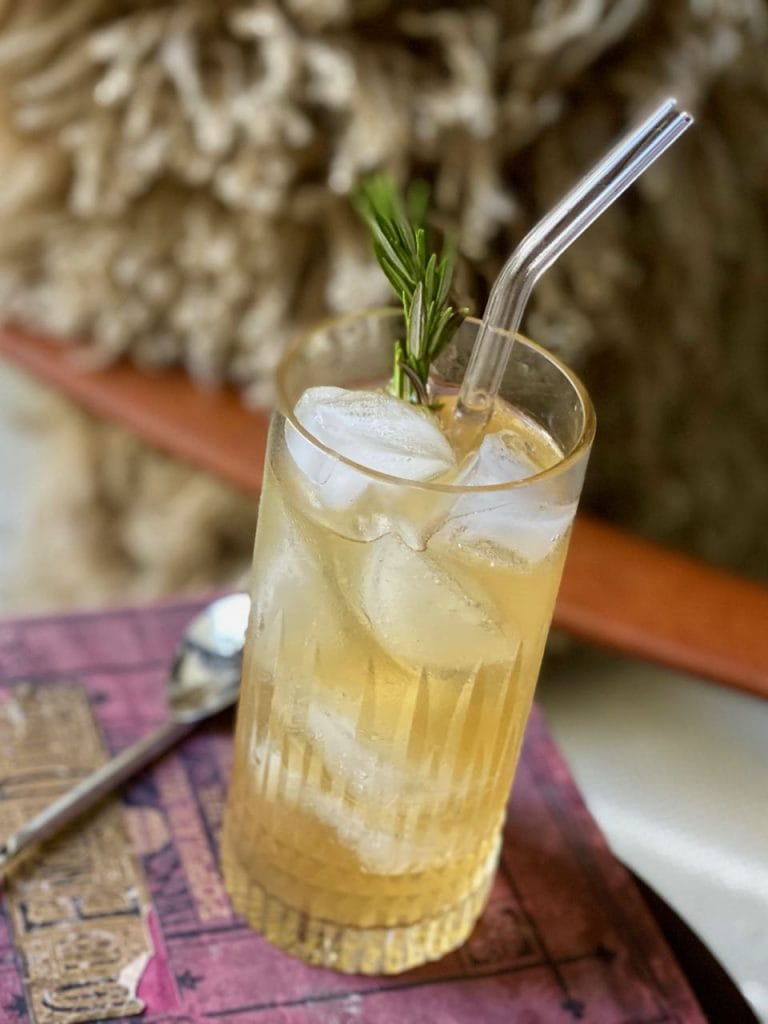 ginger beer mocktail with non alcoholic whiskey